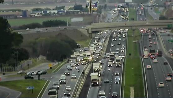 Engavetamento entre quatro veículos provoca interdição de faixa na Rodovia D. Pedro I, em Campinas
