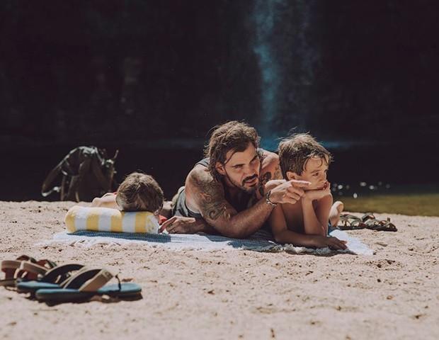 Juliano Cazarré com os filhos (Foto: Divulgação)