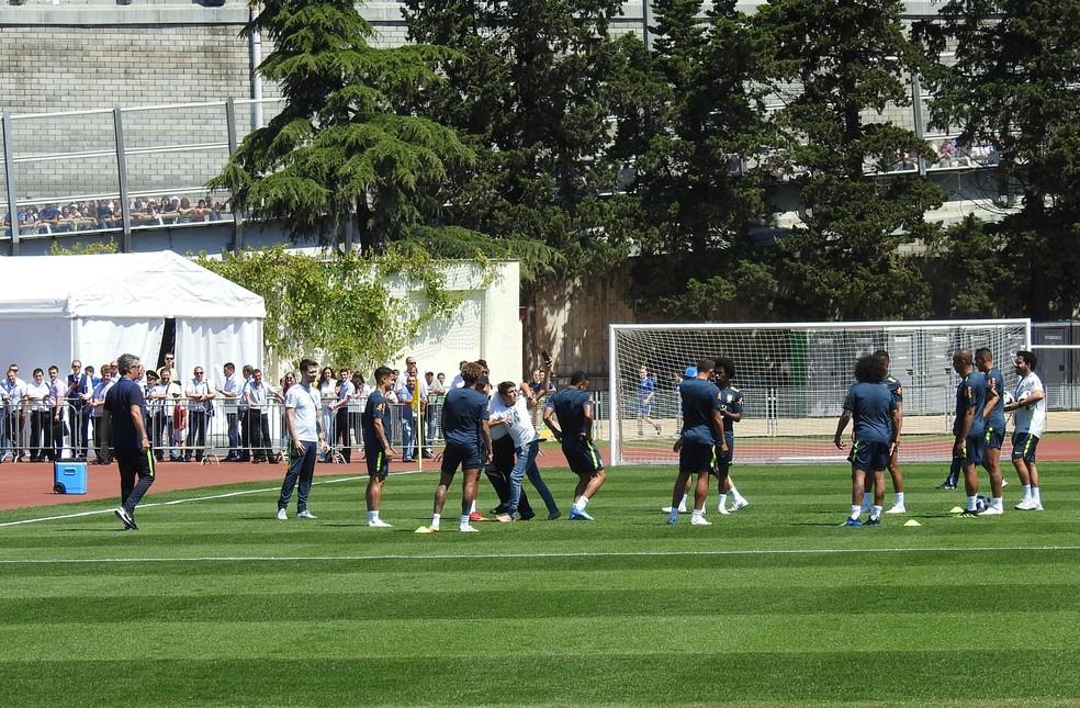 Garoto invade treino do Brasil em Sochi e é retirado de campo (Foto: Tossiro Neto)