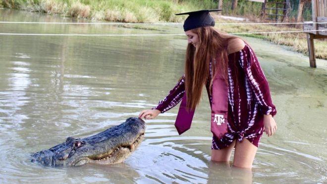 A estudante americana que escolheu crocodilo como parceiro de foto de formatura
