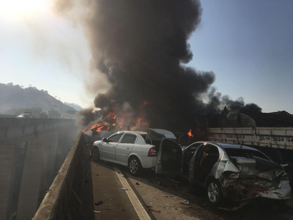 Acidente com 31 veículos provoca incêndio e morte na Carvalho Pinto em Jacareí (Foto: Divulgação/ Corpo de Bombeiros)