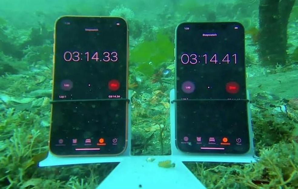 A resistência à água do iPhone XR foi colocada à prova ao lado do iPhone XS — Foto: Foto: Reprodução/ CNET