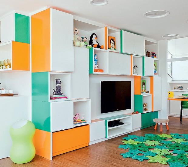 No quarto de lazer para as crianças, a arquiteta Madá Campos projetou uma estante colorida, composta de módulos desnivelados, que agrada também aos adultos (Foto: Luís Gomes/Casa e Jardim)