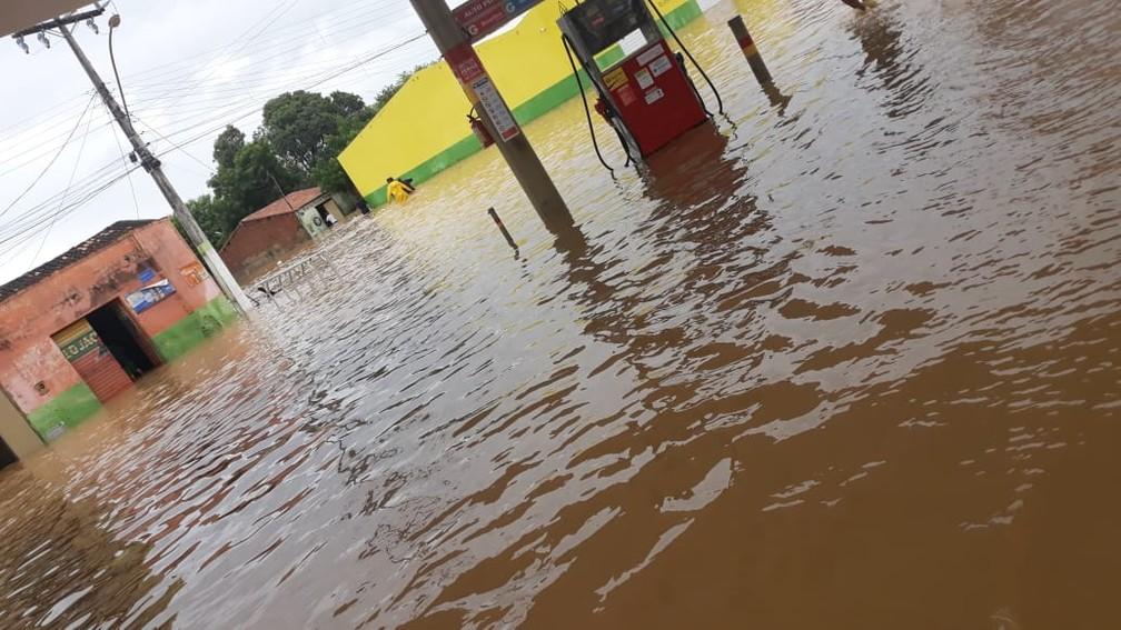 Rua alagada após chuva em Coronel João Sá, onde água  — Foto: Josival Santos/ Arquivo Pessoal
