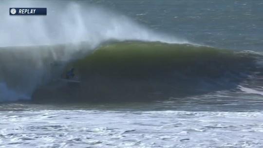 Josh Kerr surfa onde 7.17 no começo da bateria, no Mundial de Surfe em Portugal