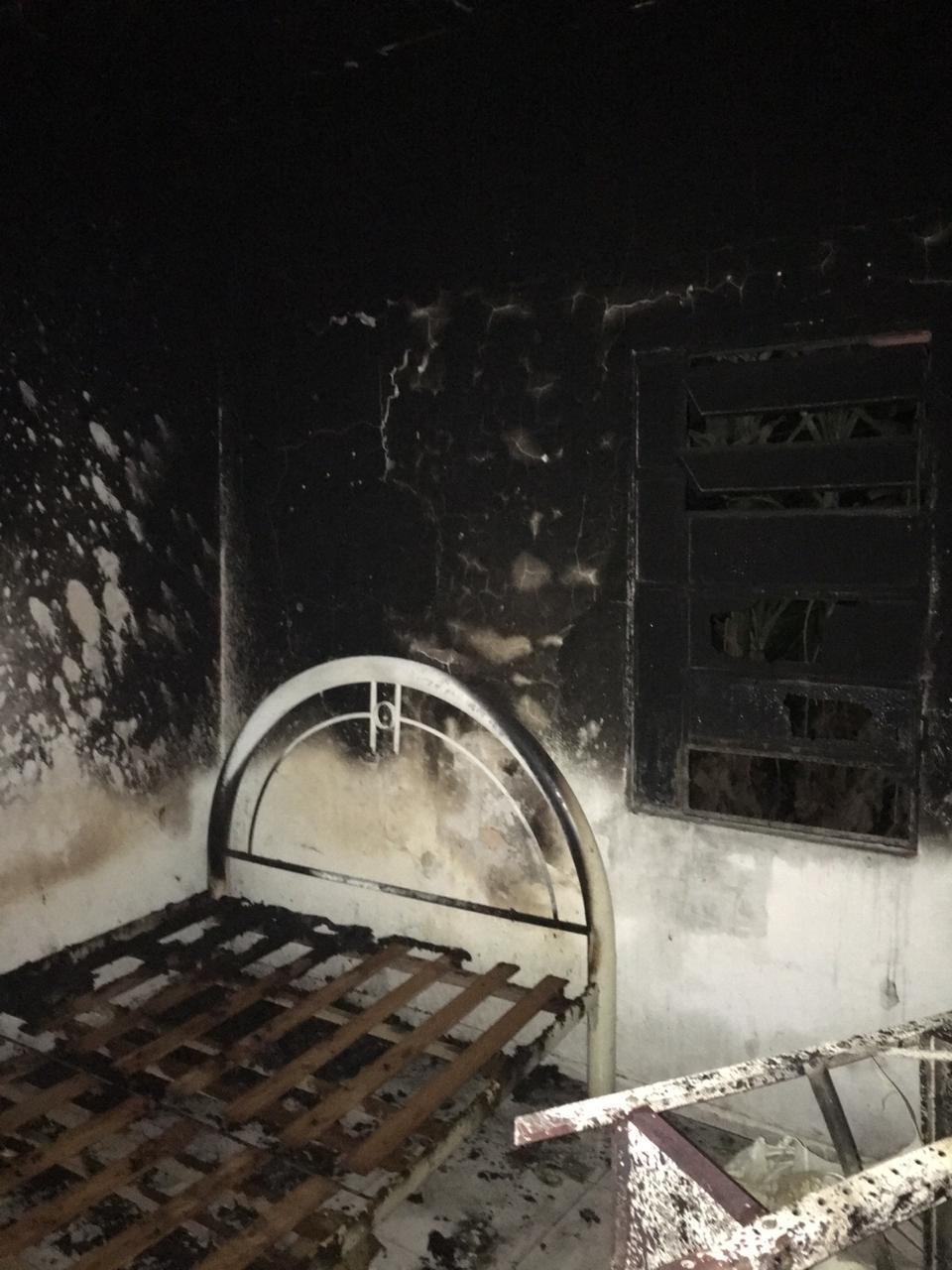 Fogo atinge primeiro andar de casa no conjunto Henrique Equelman, em Maceió - Noticias