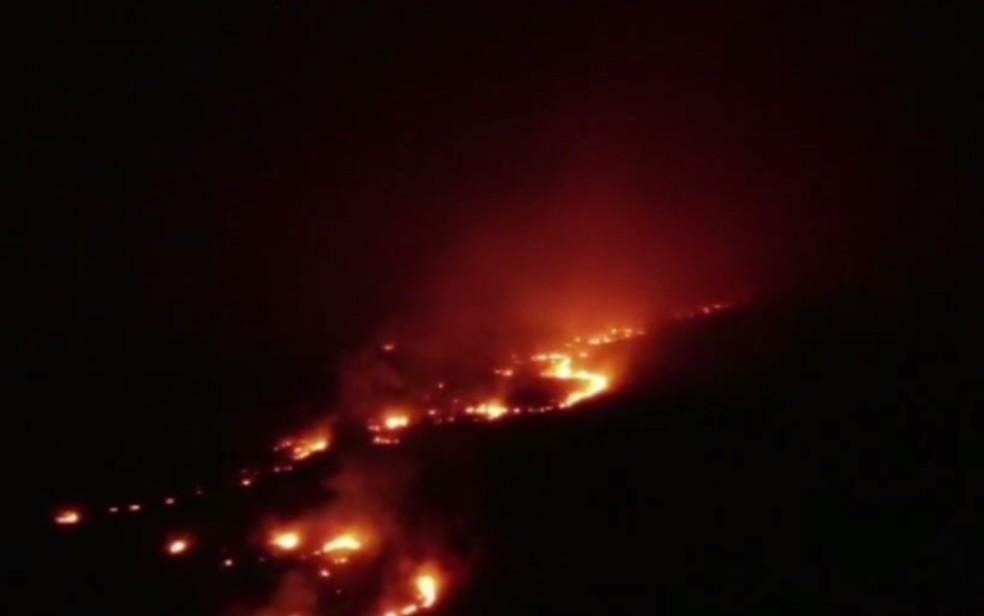 Segundo o Corpo de Bombeiros, fogo consome o Parque Nacional da Chapada dos Veadeiros, em Alto Paraíso de Goiás — Foto: Reprodução/TV Anhanguera