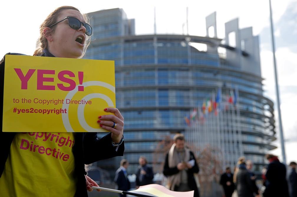 """Manifestante pede """"sim"""", em Strasbourg, na França, para a nova diretriz de direitos autorais para a Europa — Foto: Vincent Kessler/Reuters"""