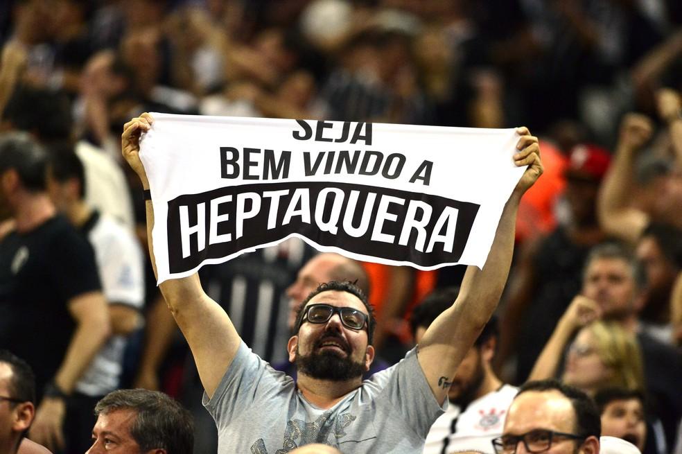 Olha a criatividade da torcida do Corinthians (Foto: Marcos Ribolli)