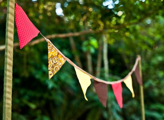 Aqui, as bandeirinhas foram feitas com retalhos de tecido e bandanas. A cara da festa junina! (Foto: Ricardo Corrêa/Editora Globo)