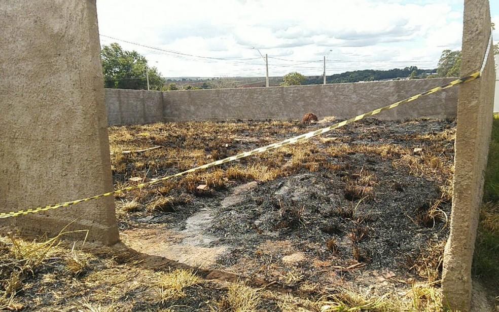 Lote com marcas de queimado próximo a local em que corpo de bebê foi encontrado carbonizado  — Foto: Bruno Mendes/TV Anhanguera