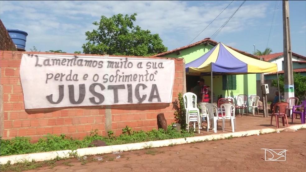 Moradores ergueram uma faixa em frente a casa de dona Antônia pedindo justiça após o assassinato da idosa — Foto: Reprodução/TV Mirante