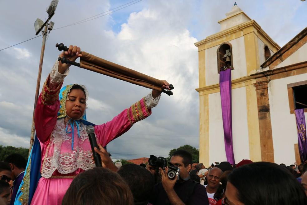 Naiana conta que participar da procissão de Bom Jesus dos Passos é emocionante (Foto: Andrê Nascimento / G1 PI)