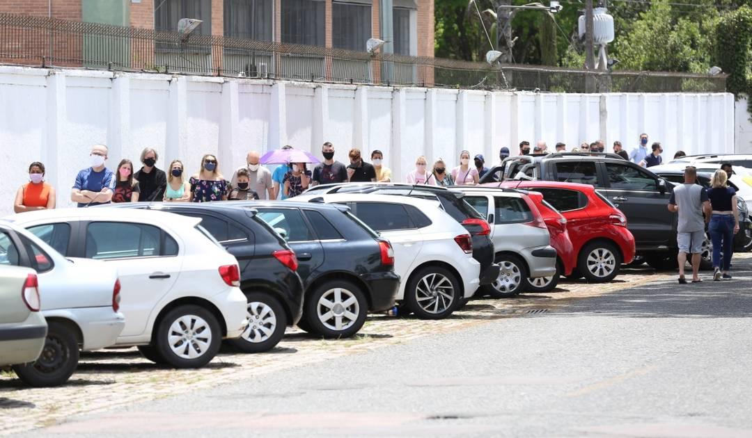 Eleitores enfrentam fila para votar no Clube Duque de Caxias, em Curitiba