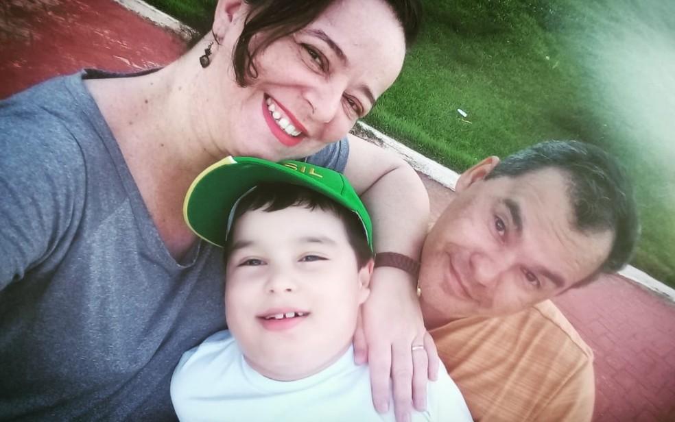 Isaque Cardinale Serafim com os pais Tatiana Cardinale e Oswaldo Serafim, em Goiânia — Foto: Reprodução/Arquivo pessoal