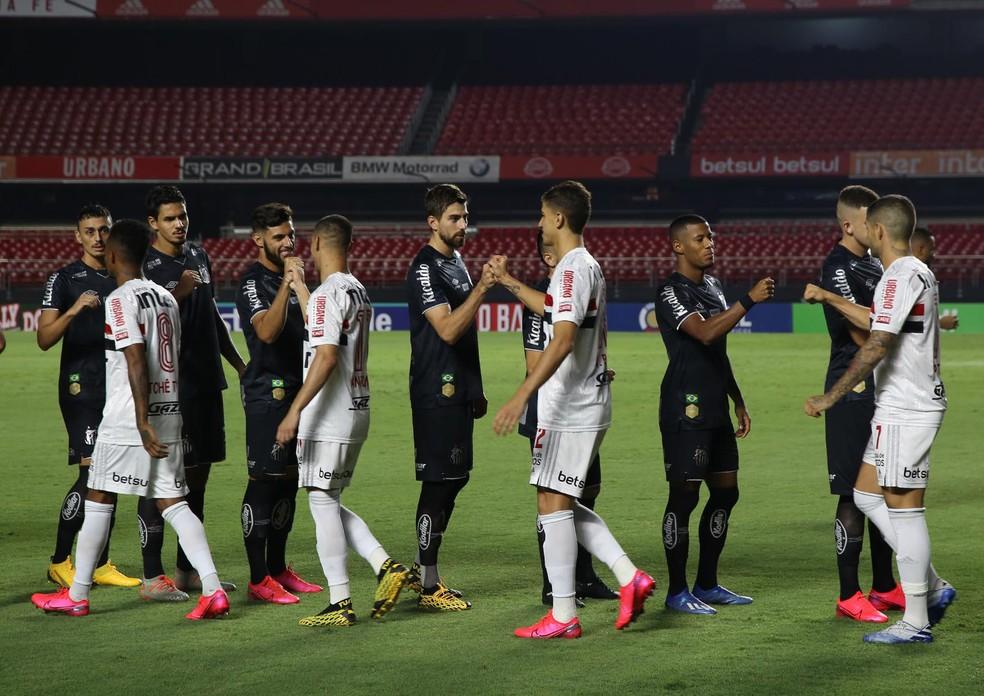 Jogadores de São Paulo e Santos antes de clássico com Morumbi vazio — Foto: Rubens Chiri/saopaulofc.net