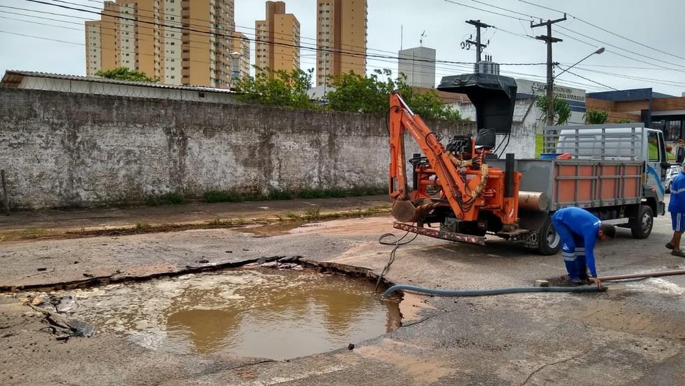 Trabalhadores drenam água do buraco aberto na avenida Miguel Castro, em Natal — Foto: Sebastião Morais/Inter TV Cabugi
