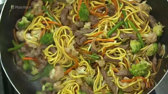 Yakisoba de carne e legumes