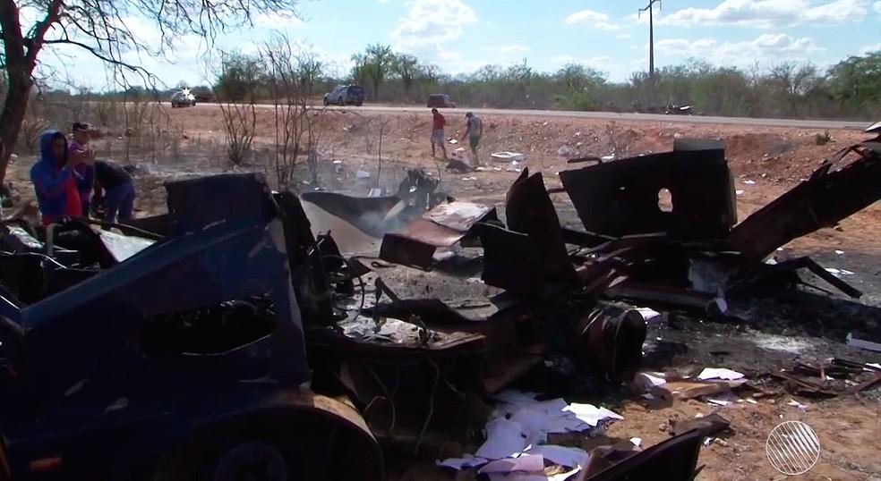 Carro-forte ficou totalmente destruído com a explosão em estrada na região norte da Bahia (Foto: Reprodução/TV São Francisco)