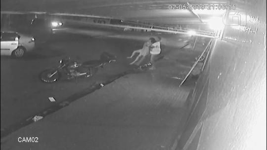 'Falava que eu não merecia estar viva', diz mulher que pulou de carro em movimento para fugir de ex-namorado