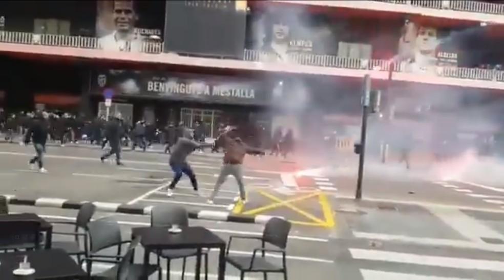 Briga entre torcidas de Valencia e Barcelona — Foto: Reprodução / Twitter