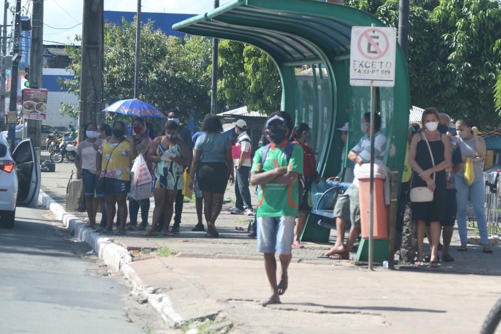 Na Avenida João Pessoa, no bairro João Paulo, nesta segunda-feira (25), muitas pessoas nas paradas — Foto: Adriano Soares/Grupo Mirante