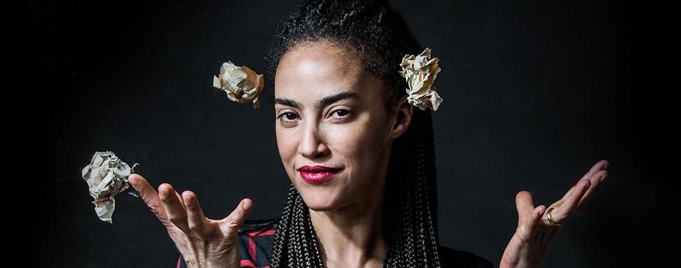 A escritora e artista portuguesa Grada Kilomba — Foto: Esra Rotthoff/Cortesia do Gorki Theatre e do artista Moses Leo/Divulgação
