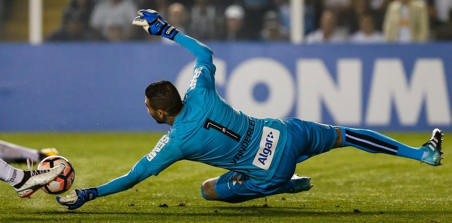 Santos toma sufoco do Atlético-PR, mas ganha na Vila e avança na Libertadores
