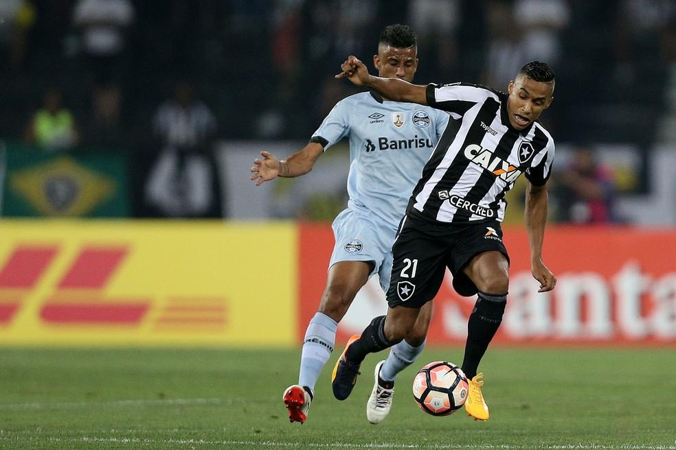 Se Luan não atuar, Léo Moura deve ser mantido no time (Foto: Vitor Silva/SSPress/Botafogo)