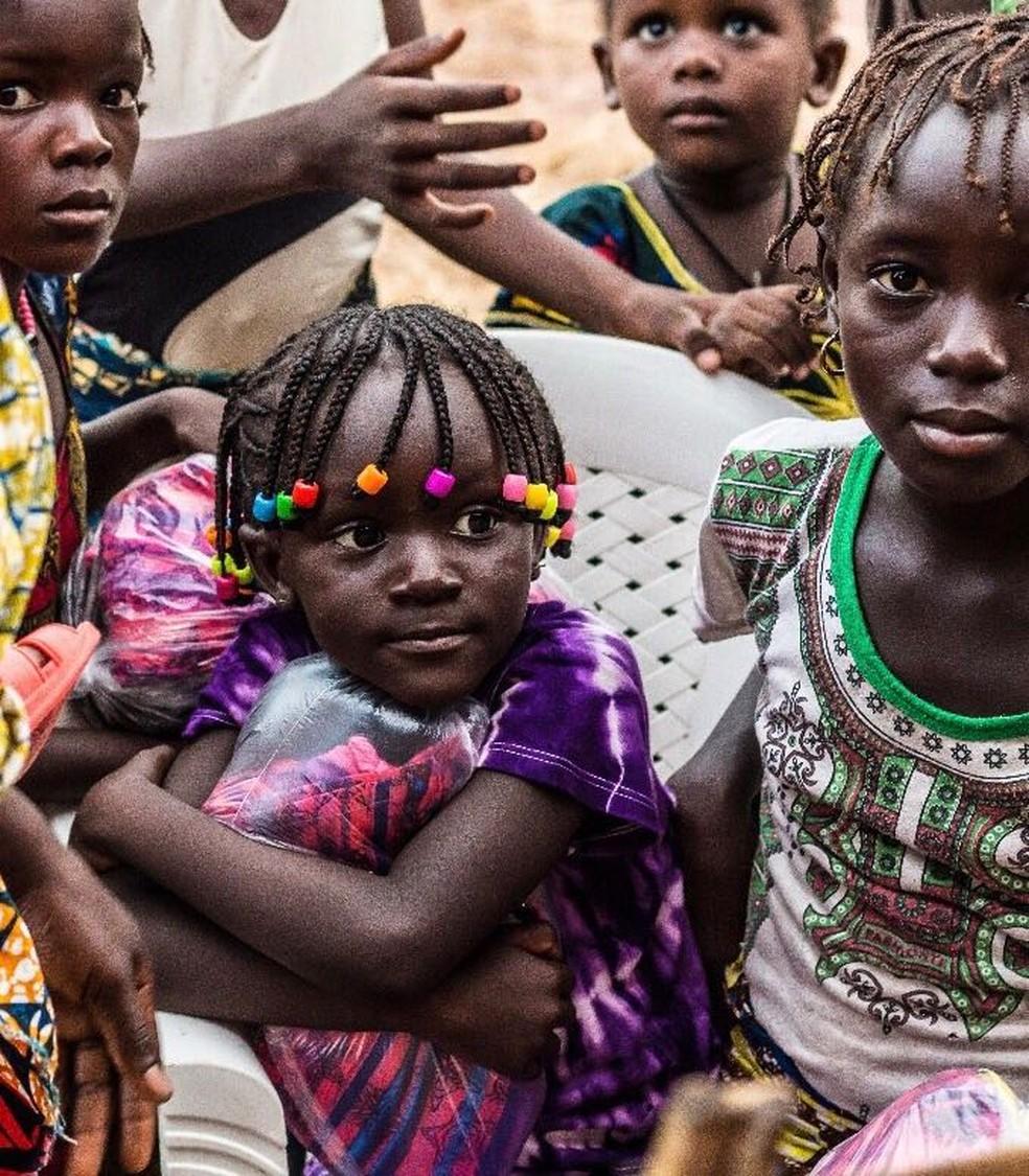 ONG auxilia na entrega das bonecas para as crianças do país africano (Foto: Arquivo Pessoal)