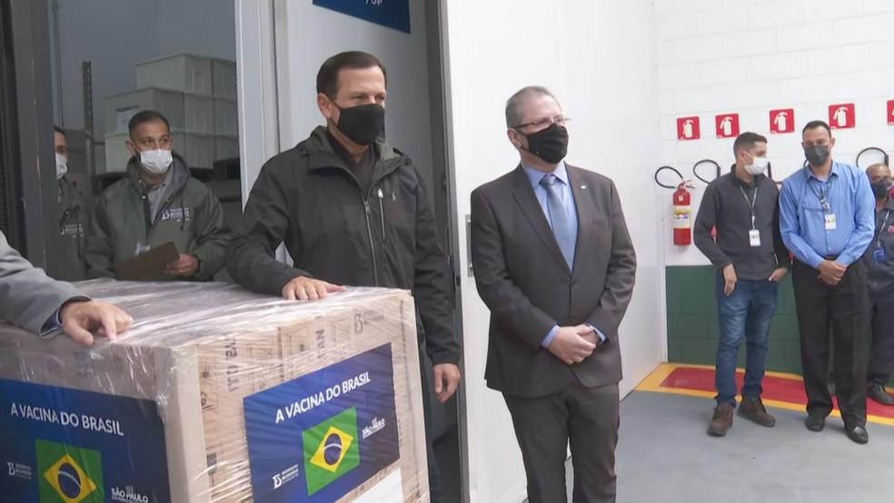 O governador João Doria e o secretário estadual da Saúde, Jean Gorinchteyn, acompanharam a liberação dos novos lotes  — Foto: Reprodução/TV Globo