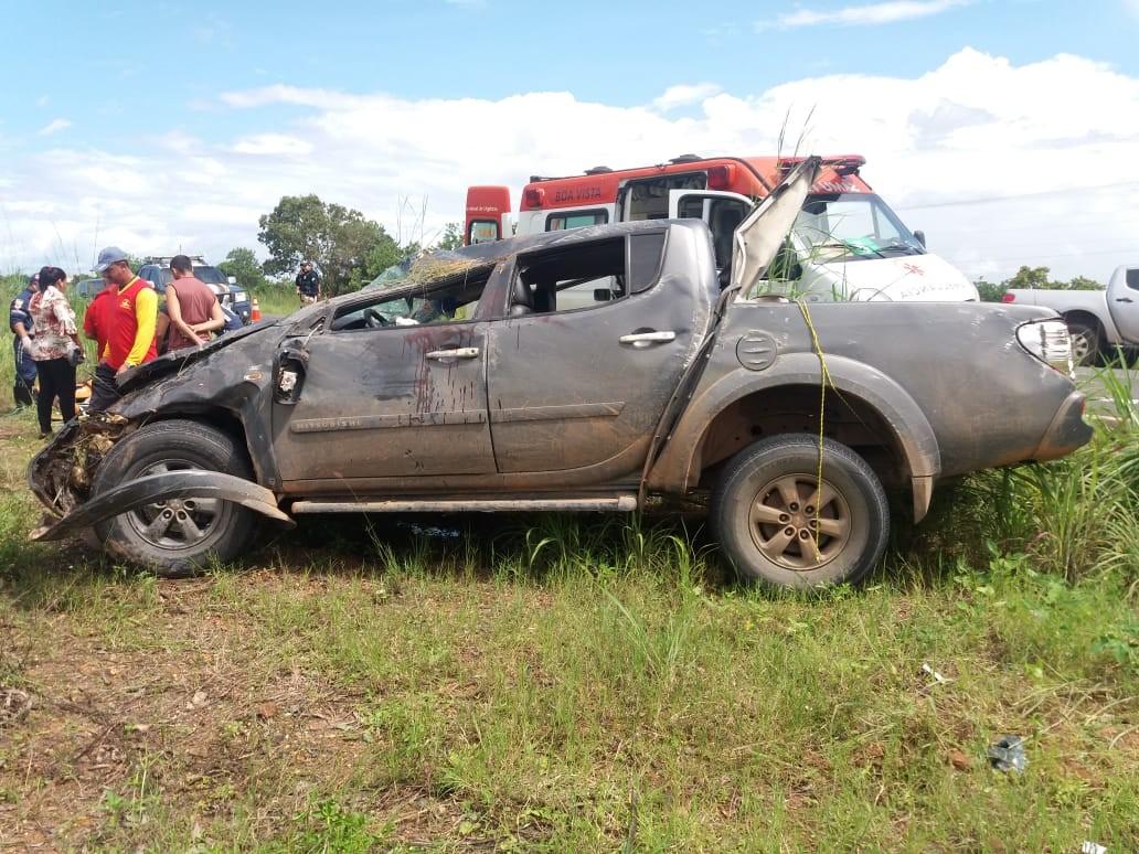 Duas pessoas ficam feridas após carro capotar e atingir outro veículo na BR-174, em Boa Vista