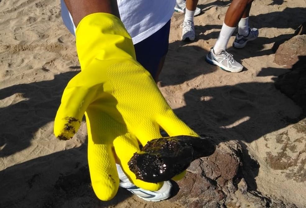 Mancha de óleo encontrada na praia do Farol da Barra em Salvador (BA). — Foto: Divulgação/Marinha
