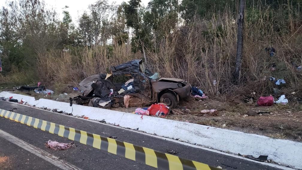 Carro ficou destruído após batida com caminhão na BR-135 — Foto: Paula Alves/Inter TV