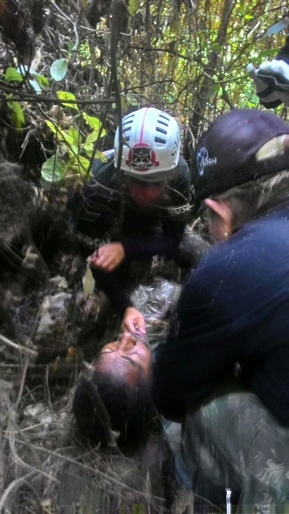 Grupo de voluntários fez o resgate do aposentado de 55 anos em Marília (Foto: Sicoe (Anjos da Guarda) / Divulgação)