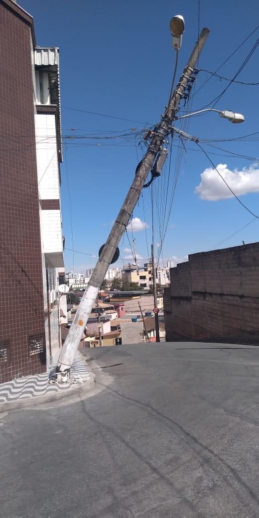 Ruas são interditadas no Bairro Afonso Pena por risco de queda de poste em Divinópolis