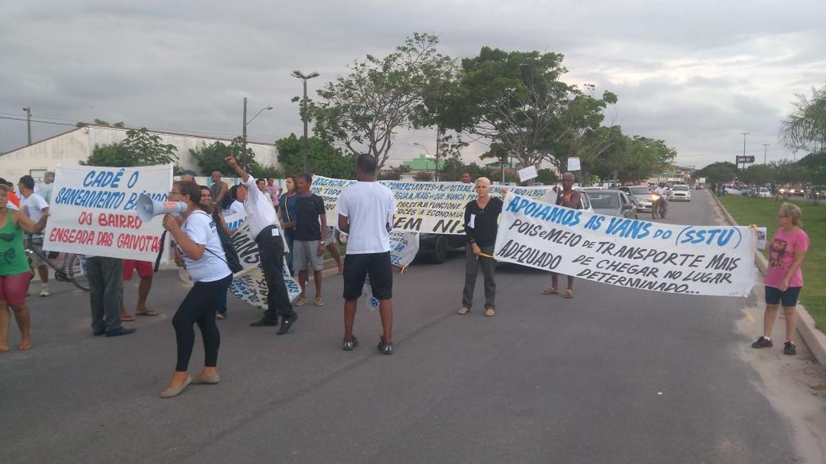 Moradores fazem passeata na RJ-106 levando reivindicações à Prefeitura de Rio das Ostras