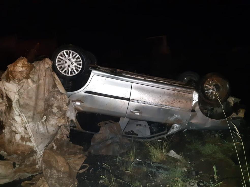 Motorista fica ferido em capotamento em Irati — Foto: Divulgação/PRF
