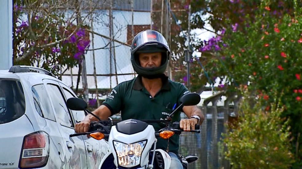 Após comprar moto, vidraceiro levou veículo para benzer em Bom Jesus da Penha (Foto: Cacá Trovó/EPTV)