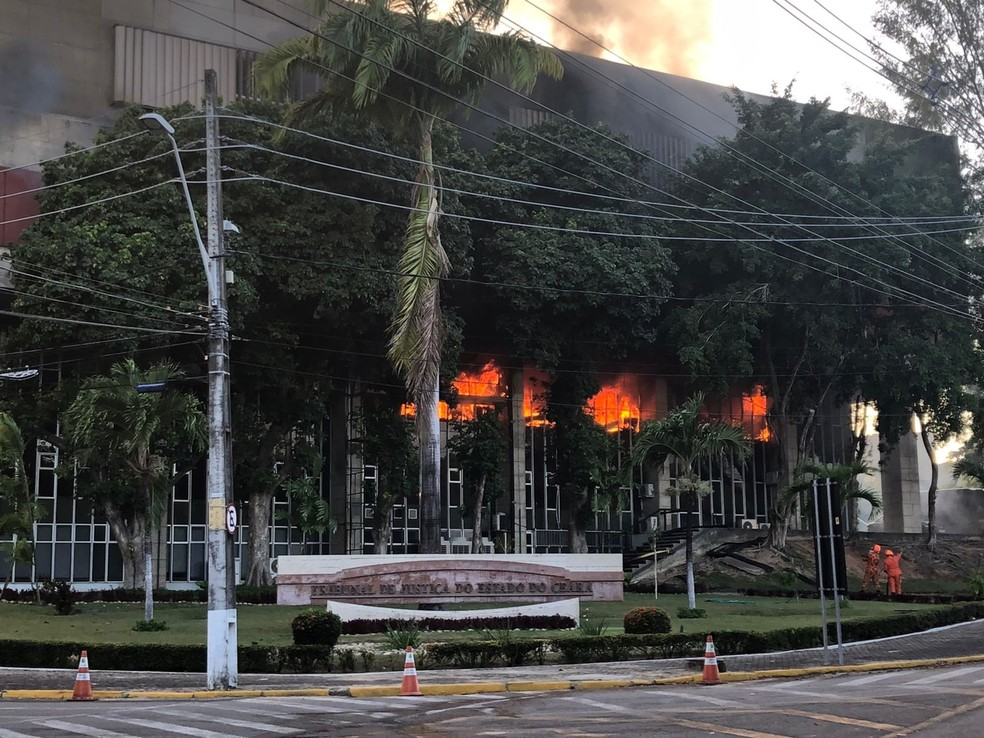 Incêndio atinge sede do Tribunal de Justiça do Ceará — Foto: Arquivo pessoal