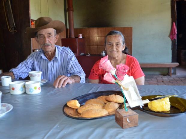 Seu Tião e a mulher Antônia, na fazenda em São Tiago (Foto: Samantha Silva / G1)