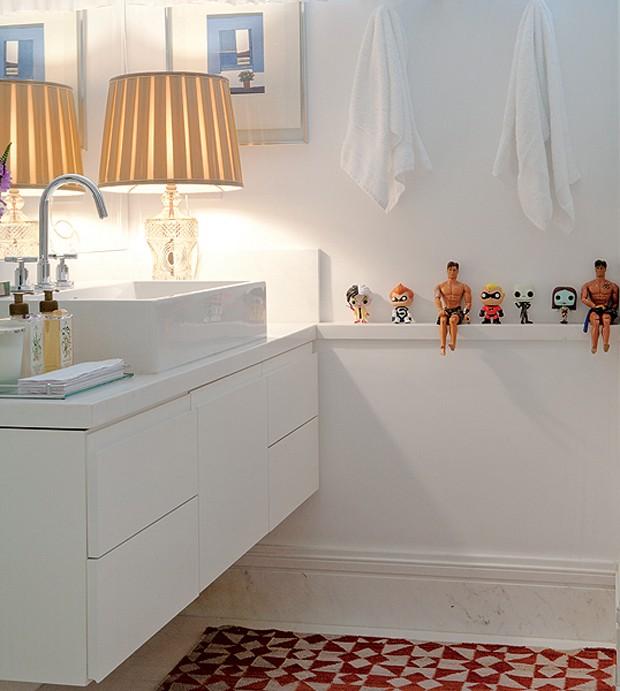 Brinquedos não só para crianças. O empresário André Almada exibe os seus, comprados em viagem, no banheiro. Eles trazem alegria ao banheiro neutro. (Foto: Marco Pomarico e Victor Affaro/Casa e Jardim)