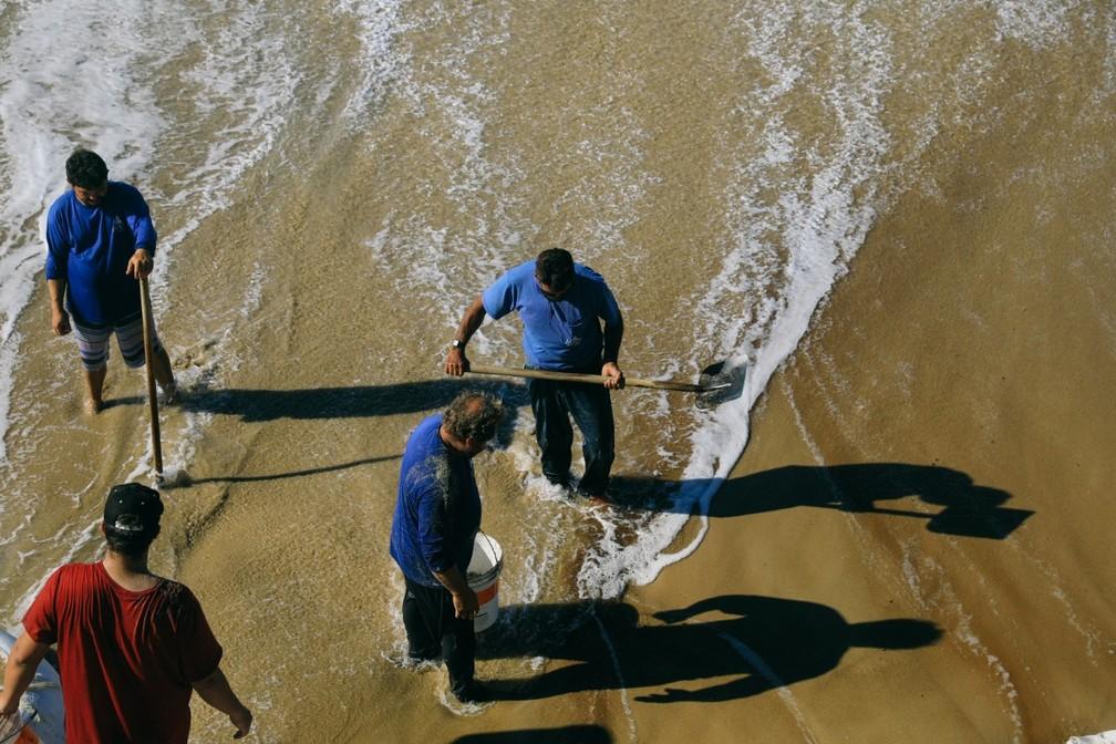 Sacos de areia ajudam na contenção da área — Foto: Diogenes Pandini/NSC