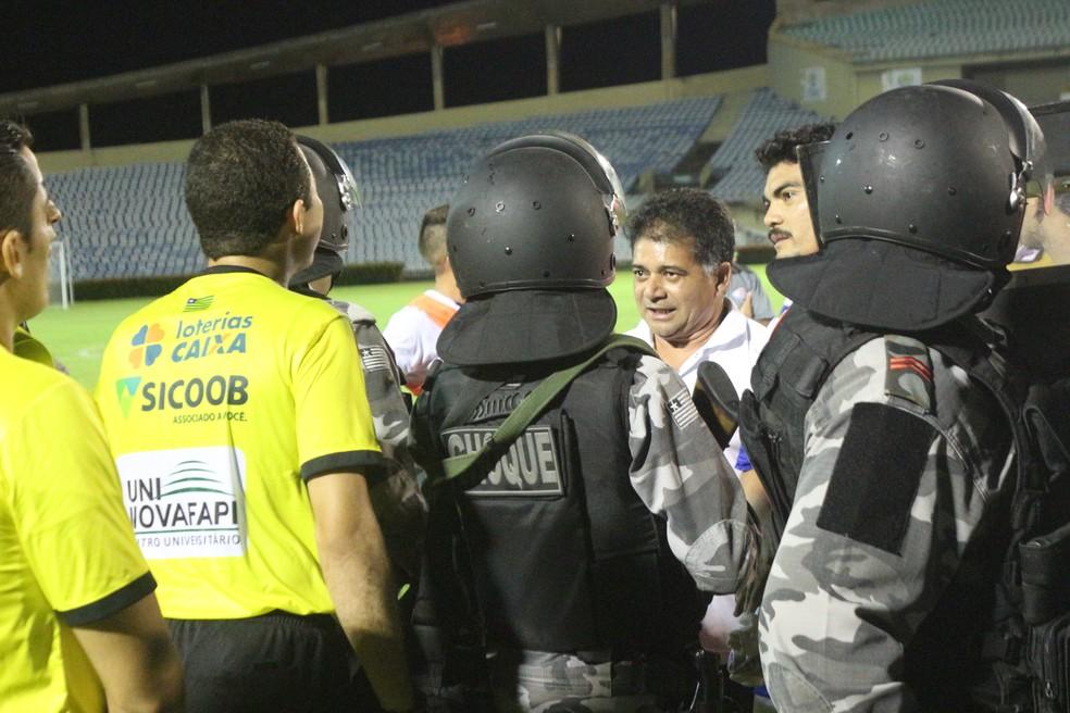 Presidente do Parnahyba argumenta marcação de pênaltis com juiz (Foto: Wenner Tito/GloboEsporte.com)