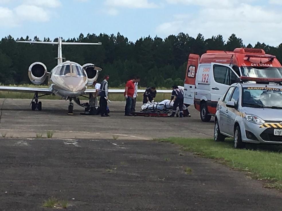 Jovem argentina foi  transferida do Hospital Universitário de Santa Maria de avião para Santa Fé — Foto: Maurício Rebellato/ RBS TV Santa Maria