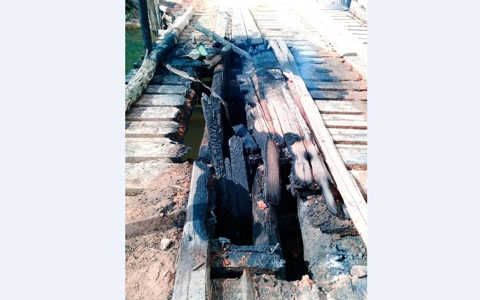 Parte da ponte foi danificada pelo fogo — Foto: Geovânia Moreira Lima/Arquivo pessoal