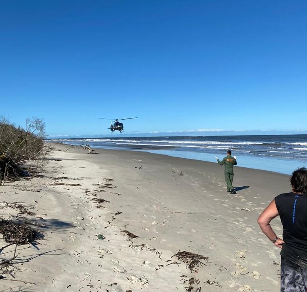 Uma das vítima de afogamento após um barco virar no litoral do Paraná foi socorrida de helicóptero — Foto: BPMOA/Divulgação