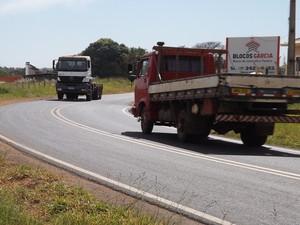 Curva foi local de vários acidentes na estrada vicinal (Foto: Marcos Lavezo/G1)
