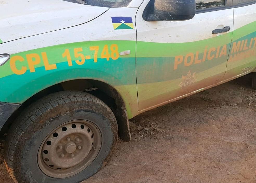 Viatura da Polícia Militar Ambiental teve o pneu cortado pelos invasores  — Foto: Divulgação/PM