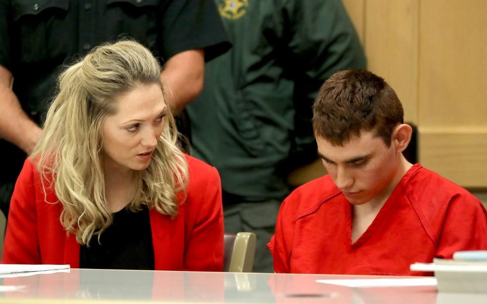 -  Ao lado de uma de suas defensoras públicas, Nikolas Cruz é visto na corte de Fort Lauderdale, em 19 de fevereiro  Foto: Reuters/Mike Stocker/Pool